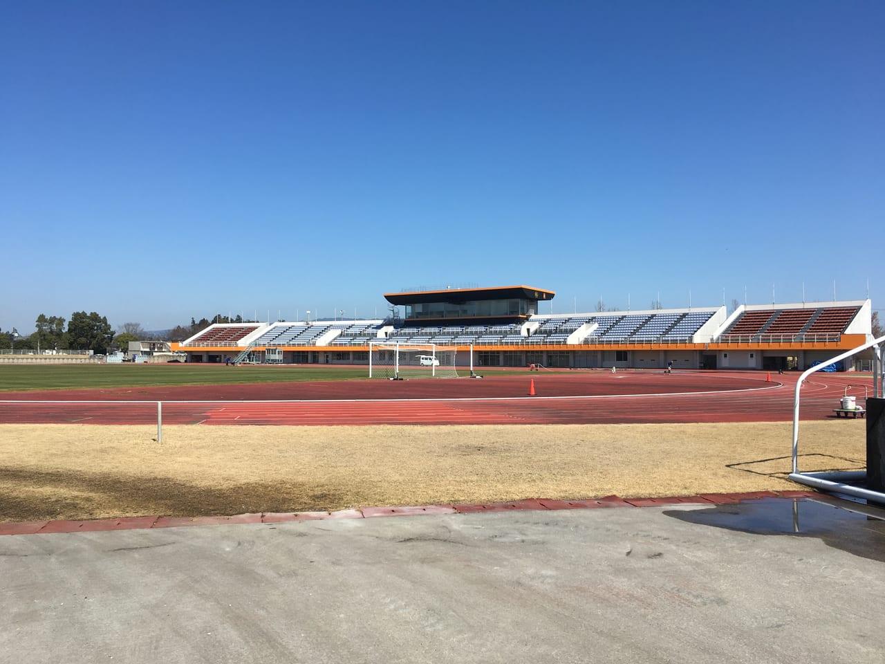 ヴィアティンカラーに彩られた東員町スポーツ公園陸上競技場の正面
