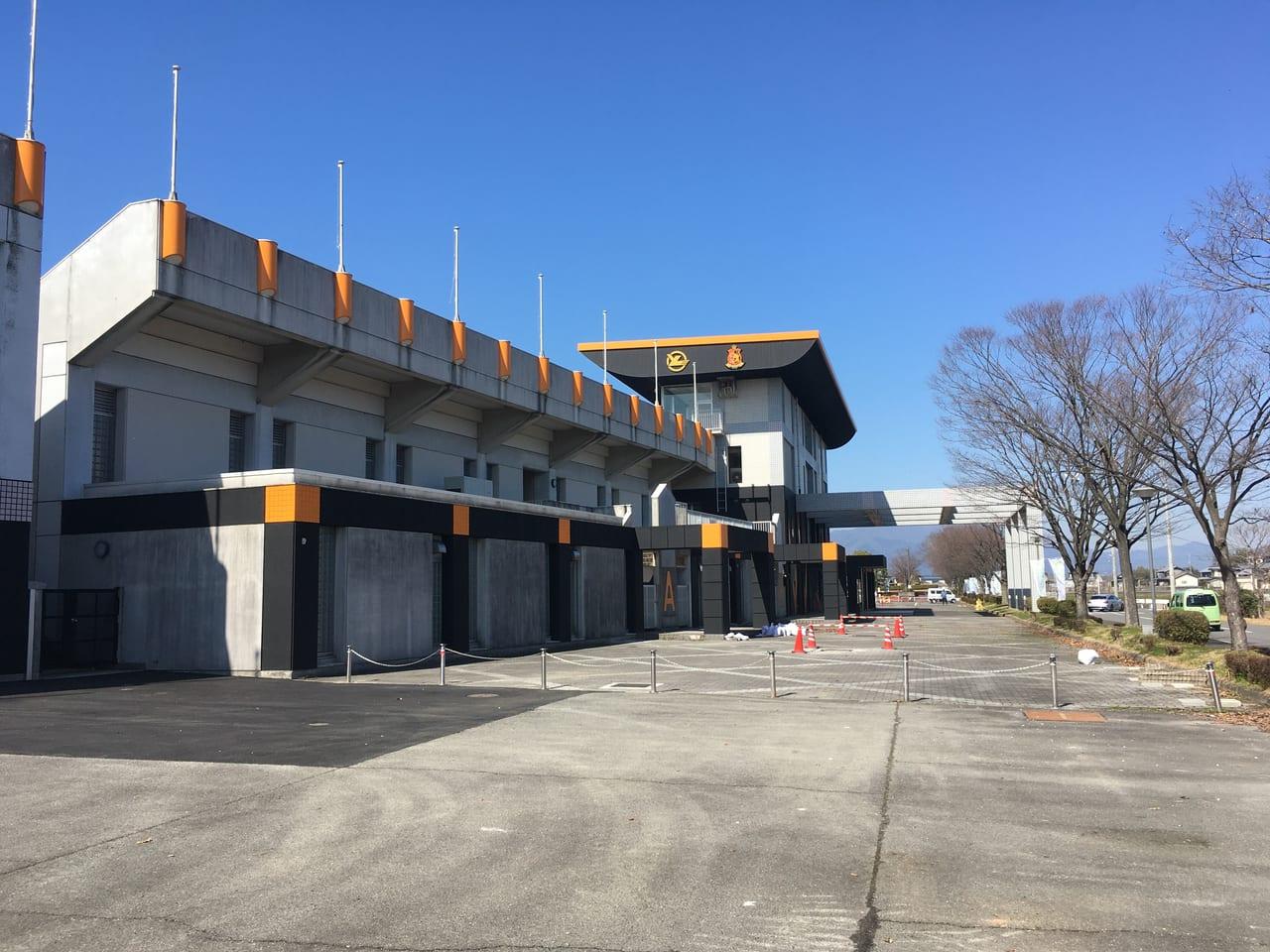 ヴィアティンカラーに塗装された東員町スポーツ公園陸上競技場の裏側
