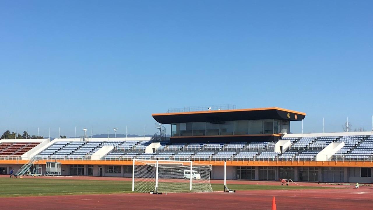 ヴィアティンカラーに塗装された東員スポーツ公園陸上競技場